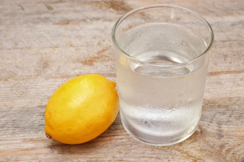 De-l-eau-avec-du-citron-pour-digerer
